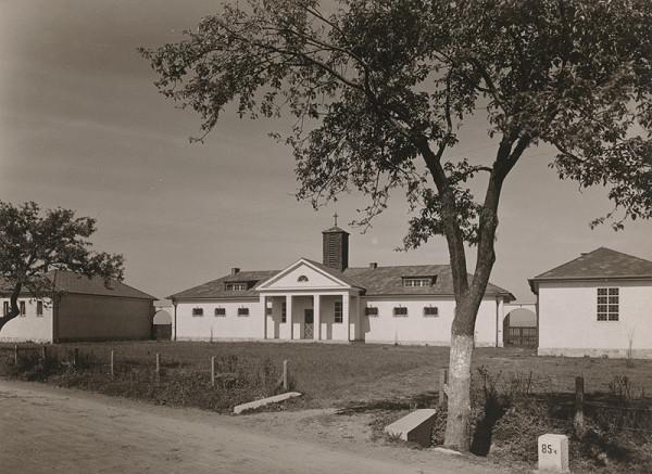 Andrej Szőnyi – Fotografie realizovaných stavieb. Cintorín v Piešťanoch. Uličný pohľad.