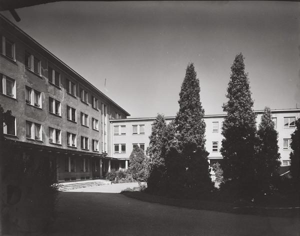 Rajmund Müller – Nemocnica s poliklinikou v Ilave. Exteriér.