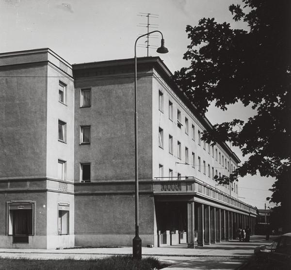 Rajmund Müller – Sídlisko na Miletičovej ulici v Bratislave. Pohľad na bytovku.