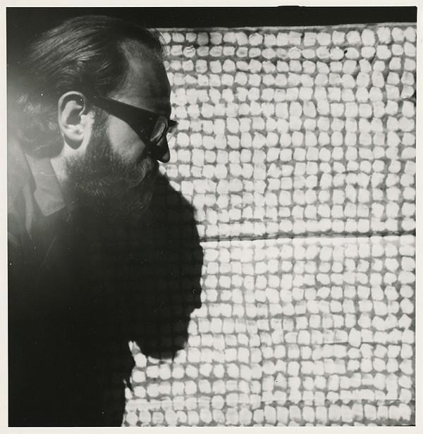 Július Koller – Archív JK/Autoportrét JK s obrazom Dotyky a (anti-obraz)