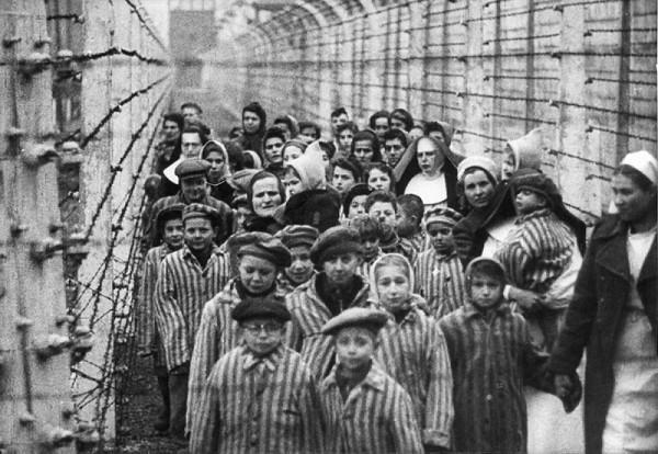 Neznámy autor – Po oslobodení koncentračného tábora Auschwitz – Birkenau v Osvienčime. V popredí Ľudovít Feld – v okuliaroch