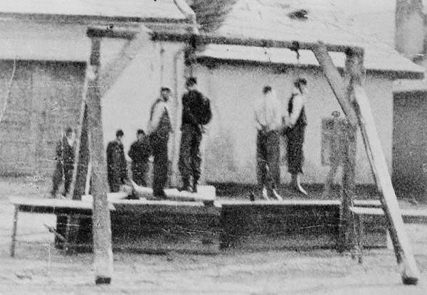 Neznámy autor – Verejne popravení partizáni nemeckými vojakmi v obci Medzibrod, v okrese Banská Bystrica