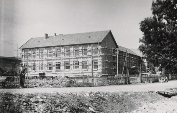 Vladimír Dedeček, Neznámy autor - Základná škola v Hrabušiciach. Pohľad na exteriér počas výstavby.