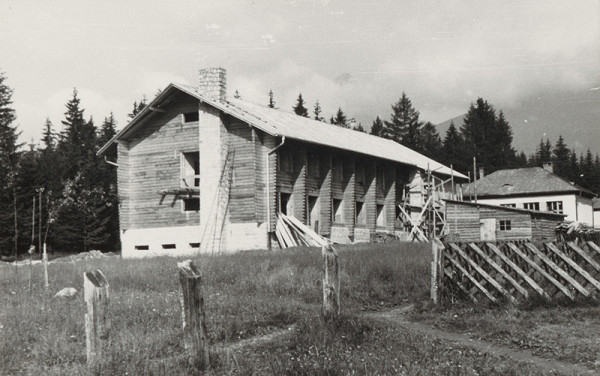 Vladimír Dedeček, Neznámy autor - Administratívna budova Tanap v Tatranskej Lomnici počas výstavby.