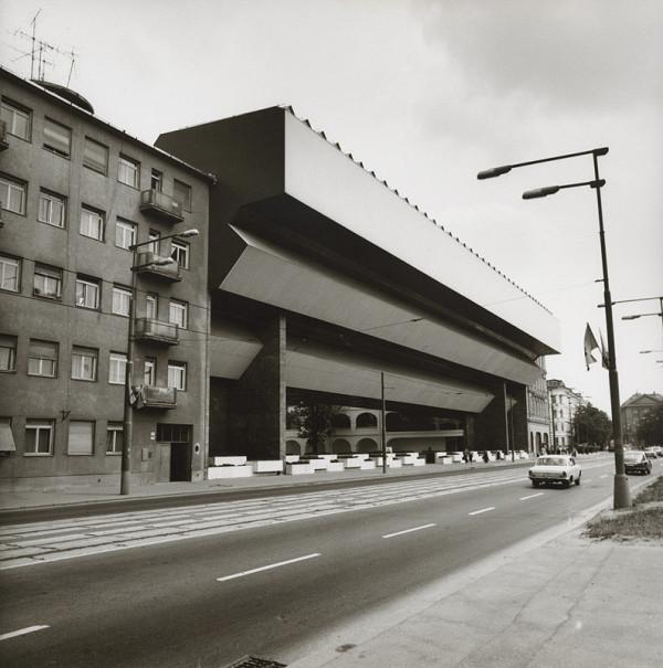 Vladimír Dedeček – Rekonštrukcia a dostavba Slovenskej národnej galérie v Bratislave. Pohľad na premostenie od cesty.