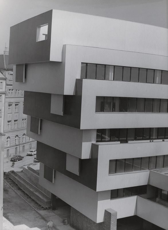 Vladimír Dedeček, Neznámy autor – Rekonštrukcia a dostavba Slovenskej národnej galérie v Bratislave. Pohľad na administratívnu budovu od hotela Devín.