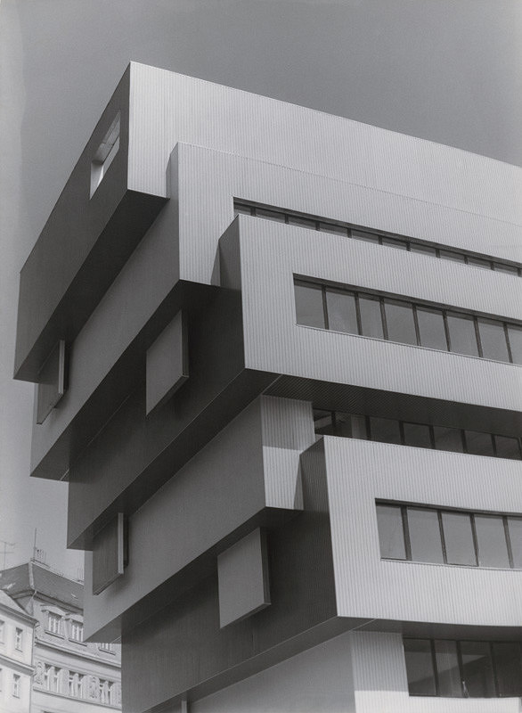 Vladimír Dedeček, Neznámy autor – Rekonštrukcia a dostavba Slovenskej národnej galérie v Bratislave. Detailný pohľad na bočnú stenu administratívnej budovy.
