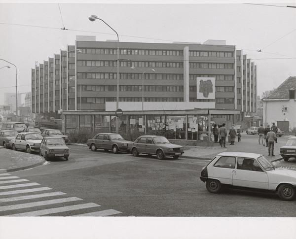 Vladimír Dedeček, Neznámy autor - Budova Najvyššieho súdu v Bratislave. Pohľad na fasádu.