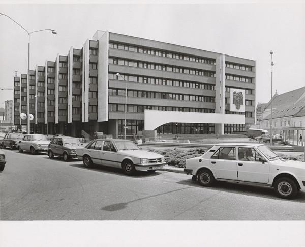 Vladimír Dedeček, Neznámy autor – Budova Najvyššieho súdu v Bratislave. Pohľad na fasádu.