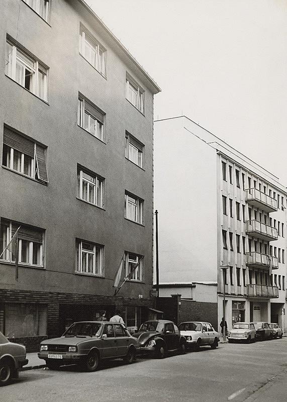 Vladimír Dedeček, Neznámy autor - Prístavba vydavateľstva ALFA a VS GRŽS na Panenskej ulici v Bratislave. Pohľad na ulicu (reálny stav s prielukou).