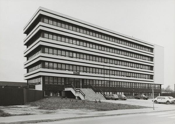 Vladimír Dedeček, Neznámy autor - Budova IGHP v Bratislave. Pohľad na fasádu.