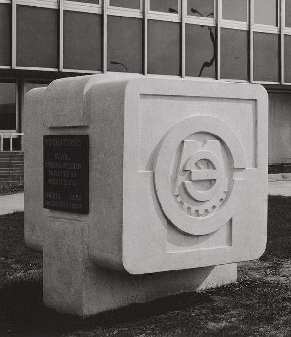 Rajmund Müller – Techcentrum v Bratislave. Plastika s logom.