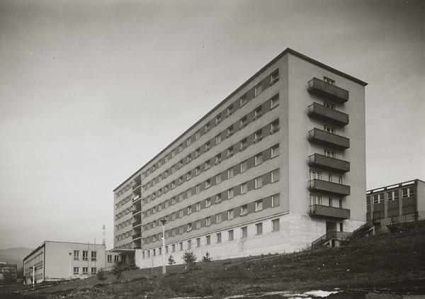 Rajmund Müller – Považské celulózky a papierne, n.p. v Ružomberku. Obytná budova. Celkový pohľad.
