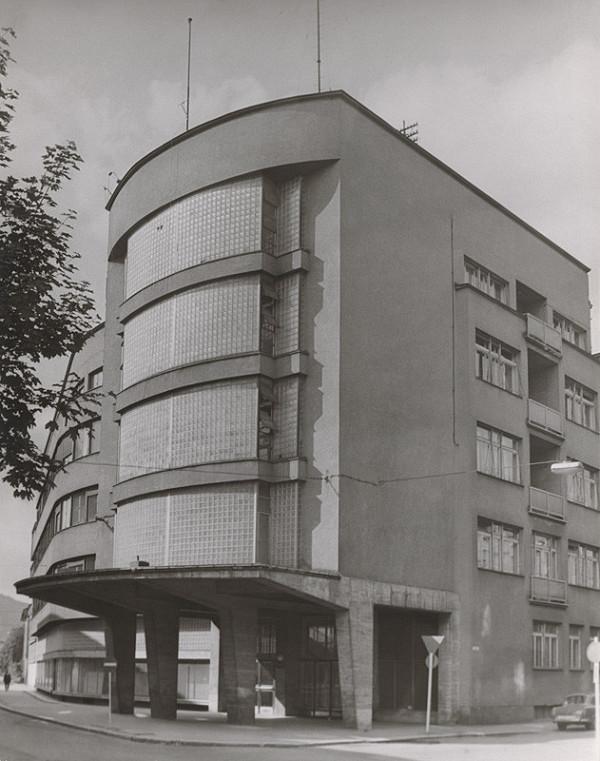 Ferdinand Čapka - Administratívna budova Slovenských elektrární v Žiline. Uličný pohľad na nárožie budovy.