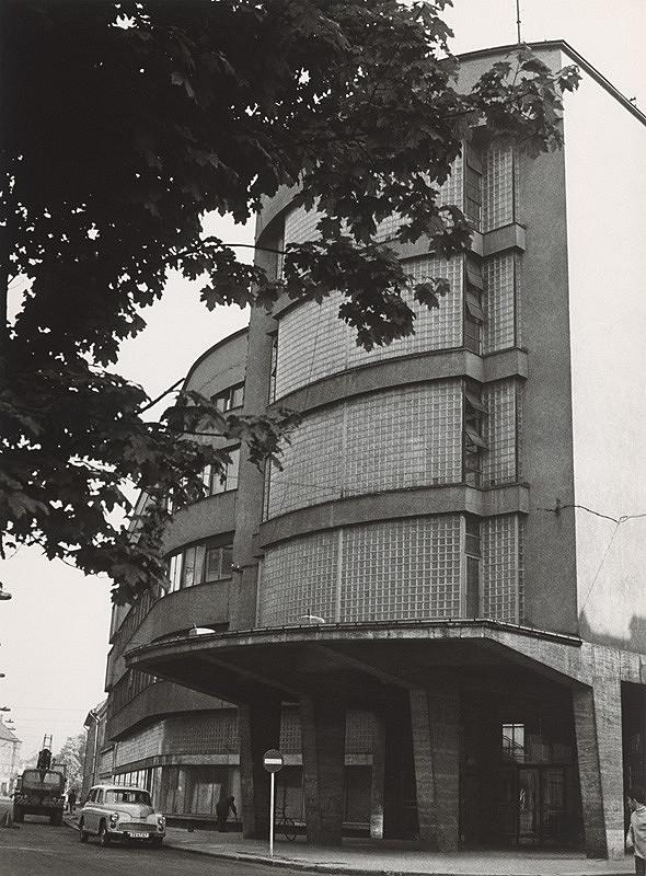 Ferdinand Čapka - Administratívna budova Slovenských elektrární v Žiline. Uličný pohľad na nárožie budovy a priľahlú ulicu.