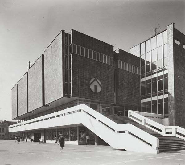 Rajmund Müller – Obchodný dom Prior v Nitre. Exteriér so schodiskom.