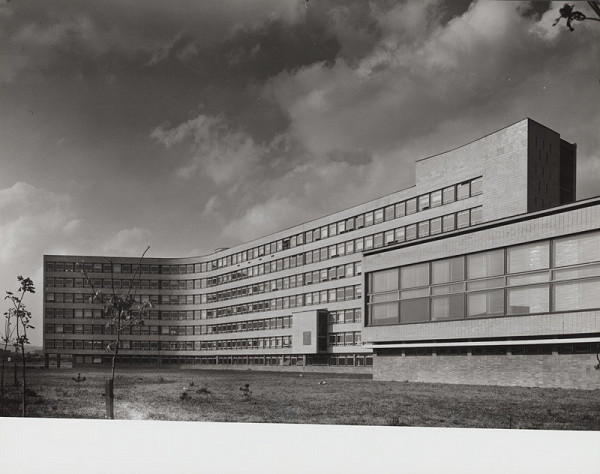 Rajmund Müller – Poliklinika v Bratislave – Ružinov. Exteriér, celkový pohľad na budovu.