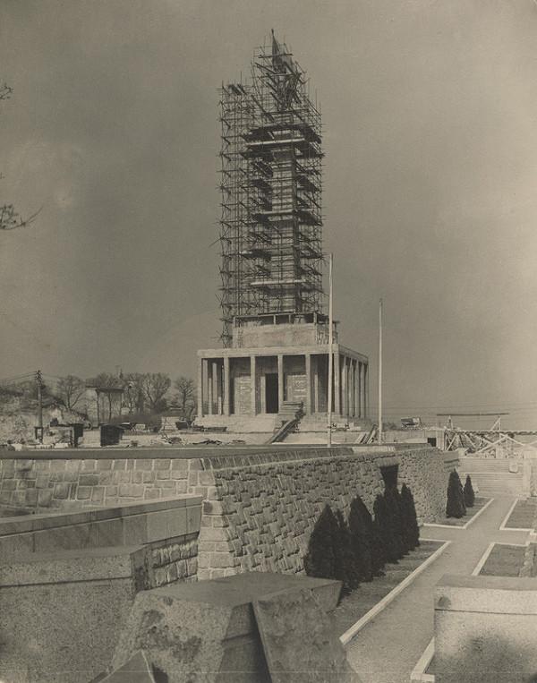 Ján Svetlík - Pamätník sovietskej armády na Slavíne v Bratislave. Fotografia z výstavby.