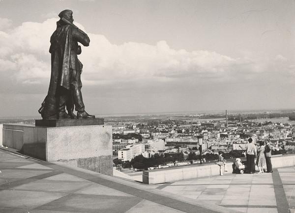 Ján Svetlík - Pamätník na Slavíne v Bratislave. Fotografia po realizácii.