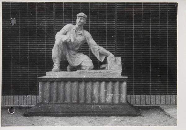 Ladislav Beisetzer, Otakar Čičátka, Neznámy autor – Podstavec k soche Otakara Čičátku. Fotografia z výstavy Dni novej techniky. Frontálny pohľad celku (aj so sochou)