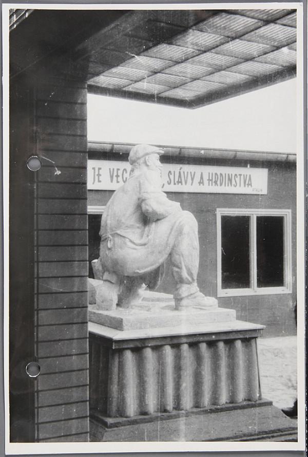 Ladislav Beisetzer, Otakar Čičátka, Neznámy autor - Podstavec k soche Otakara Čičátku. Fotografia z výstavy Dni novej techniky. Bočný pohľad celku (aj so sochou)