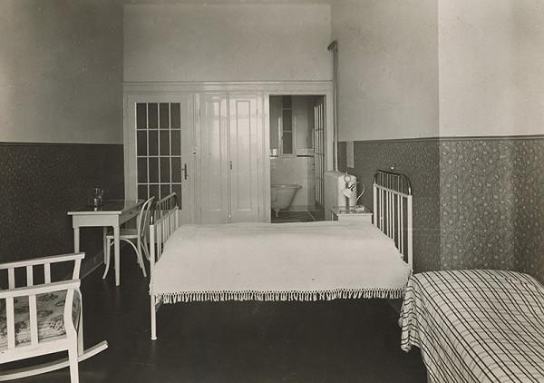 Milan Michal Harminc - Sanatórium Dr. Szontágha v Novom Smokovci. Interiér jednoposteľovej izby s kúpeľňou.