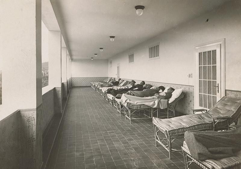 Milan Michal Harminc – Sanatórium Dr. Szontágha v Novom Smokovci, loggia s lehátkami, 1934, Slovenská národná galéria
