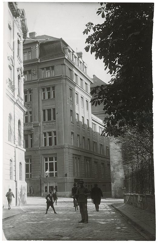 Milan Michal Harminc - Tatra banka v Bratislave. Zadné nárožie.