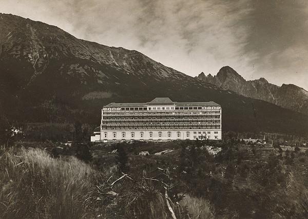 Milan Michal Harminc - Sanatórium Dr. Szontágha v Novom Smokovci. Diaľkový pohľad od juhu so siluetou vrchov v pozadí.