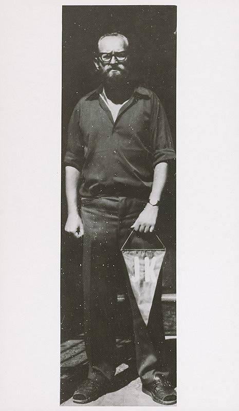 Július Koller – Archív JK/Autoportrét s s vlajočkou JK