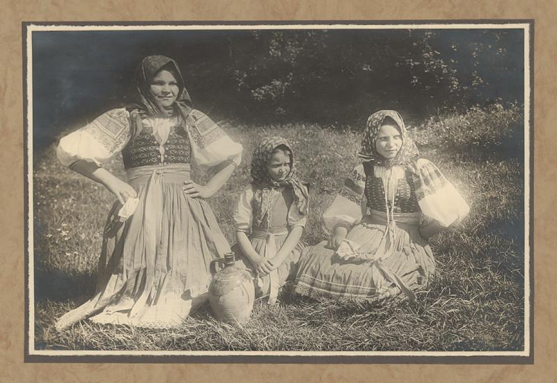 Karel Plicka – Děvčata z Trenčanské Teplé, 1928, Slovenská národná galéria