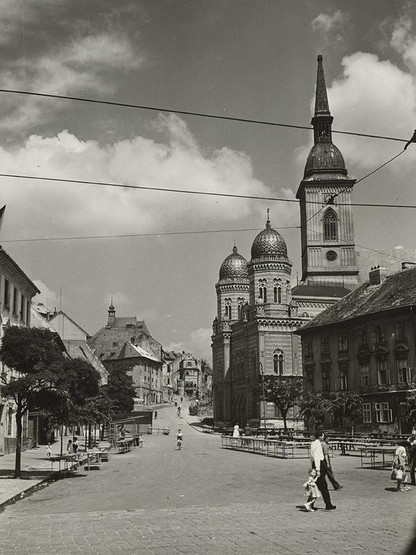 Pavol Poljak - Pohľad na Kostol sv. Mikuláša, synagógu a Dóm sv. Martina z Rybného námestia v Bratislave