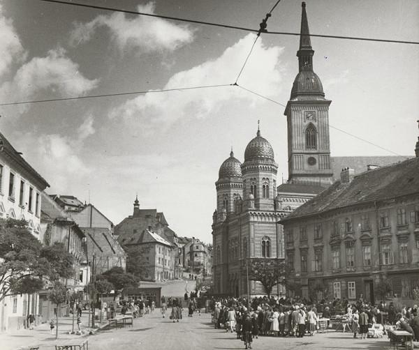 Pavol Poljak - Rybné námestie s Kostolom sv. Mikuláša, synagógou a Dómom sv. Martina v Bratislave