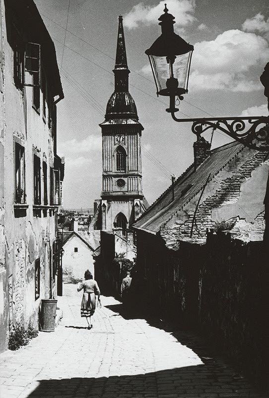 Pavol Poljak – Bratislava. Pohľad na vežu Dómu sv. Martina zo Zámockých schodov