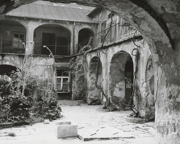 Pavol Poljak - Bratislava. Dvor domu v Starom meste