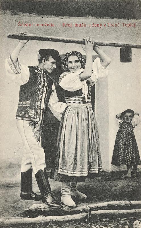 Pavol Socháň – Šťastní manželia. - Kroj muža a ženy v Trenč. Teplej.