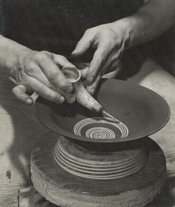 Ester Plicková – Krása hliny. Výroba taniera pomocou rožka. Pozdišovce