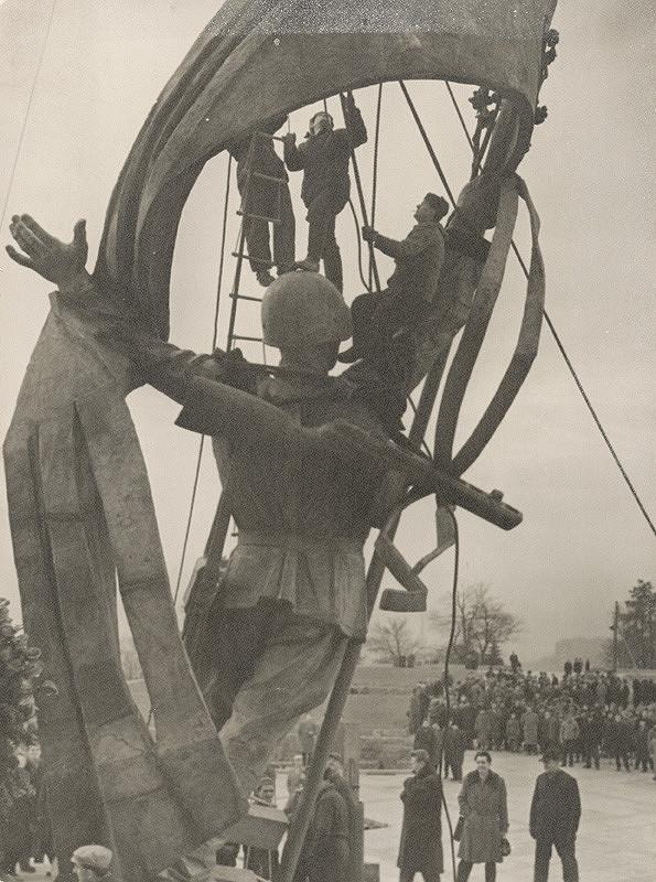 Pavol Poljak - Bez názvu (Slavín. Zdvíhanie sochy partizána)