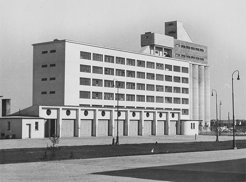 Viliam Malík – Silo a mlyn Nákupného ústredia potravinárskych družstiev, Trnava (architekt Emil Belluš), 1938, Slovenská národná galéria