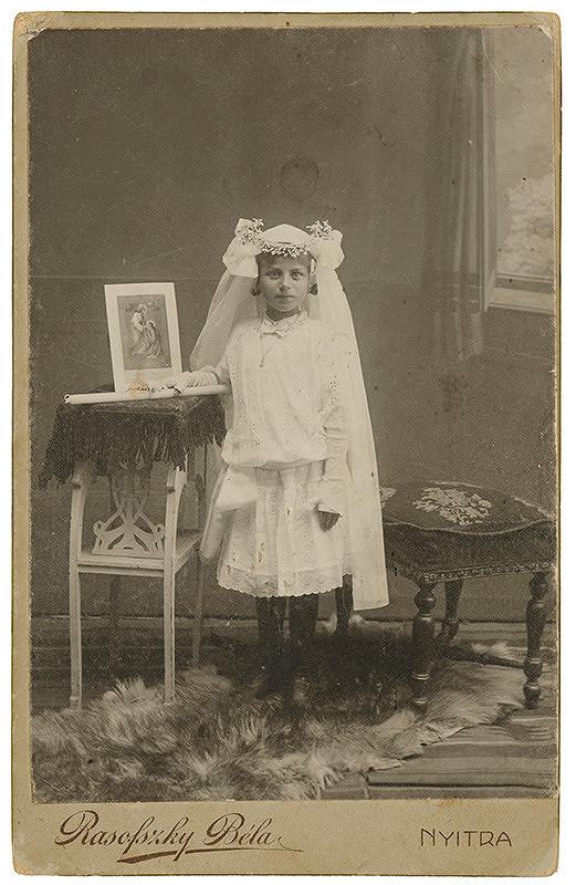 Béla Rasofszky – Portrét dievčatka v šatách na sväté prijímanie