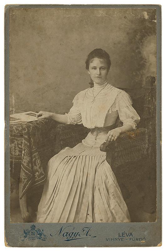 Arthur Nagy – Portrét ženy v plisovaných šatách