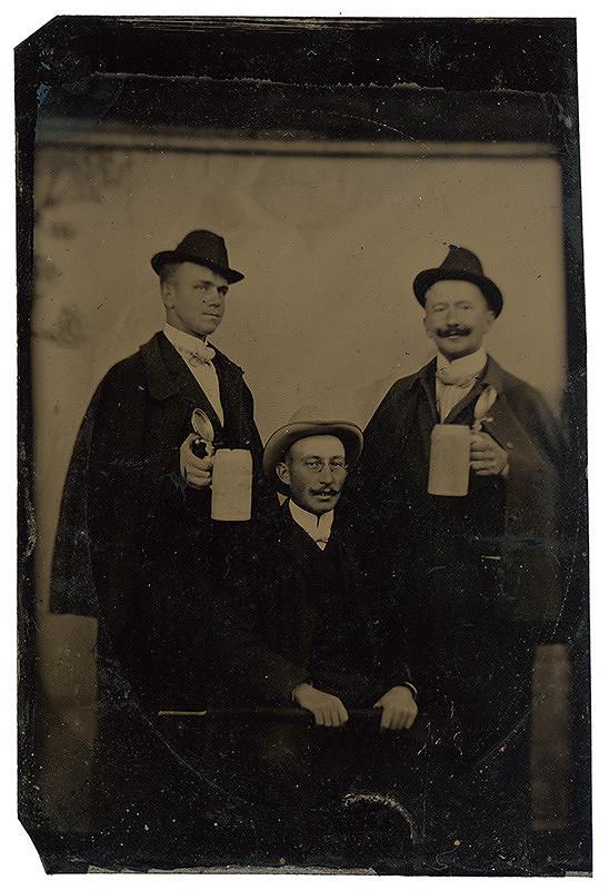 Neznámy autor – Skupinový portrét s džbánmi (ferotypia)
