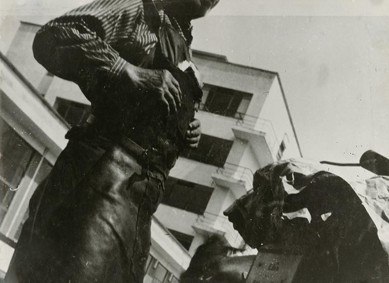 Irena Blühová. Furman pred Bauhausom, 1932. Slovenská národná galéria.