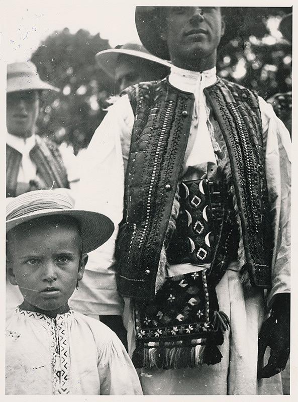Irena Blühová – Bača s pastiermi v nedelu doma