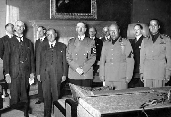 Neznámy autor – Chamberlain, Daladier, Hitler, Mussolini, a Ciano odfotení pred podpísaním Mníchovskej dohody