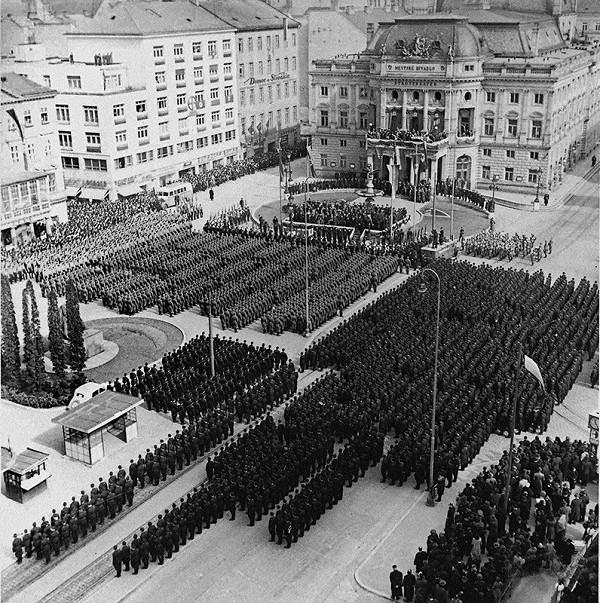 Ladislav Roller, Jozef Teslík - Oslavy štátneho sviatku v Bratislave. Na námestí sú zoradení členovia Hlinkovej gardy a slovenskej armády
