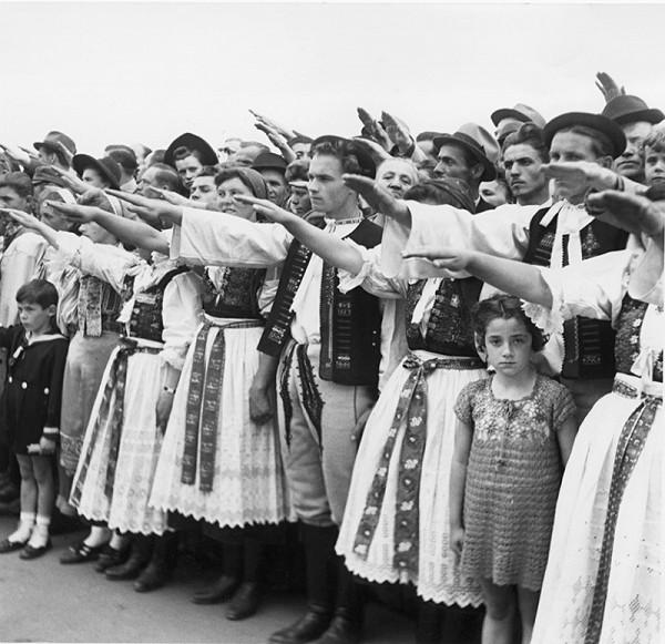 Jozef Teslík – Oslavy II. celoštátneho nástupu Hlinkovej mládeže v Bratislave - účastníci podujatia zhromaždení pred manifestáciou na Firnšnáli, dnešnom Námestí slobody