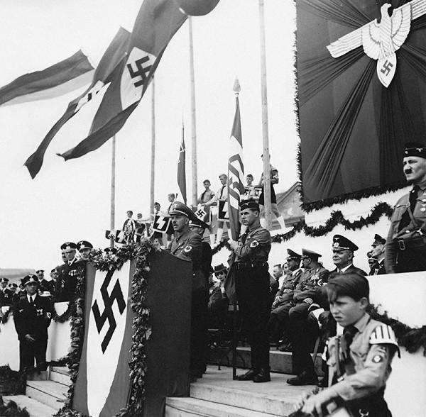 Neznámy autor – Deň nemeckých frontových vojakov zorganizovaný stranou nemeckej menšiny na Slovensku (Deutsche Partei) - Franz Karmasin pri prejave