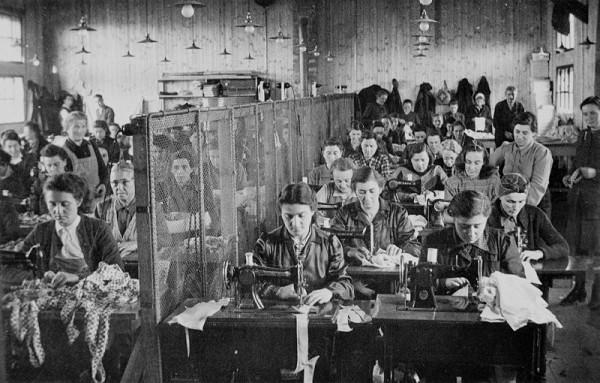 Neznámy autor - Pracovný tábor pre židovské obyvateľstvo v Novákoch. Práca zaradeniek v krajčírskej dielni