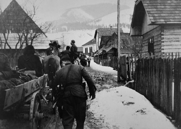 František Nový – Prechod partizánskej brigády Pomstiteľ cez front. Odpočinok na ceste z Magurky na Chabenec.